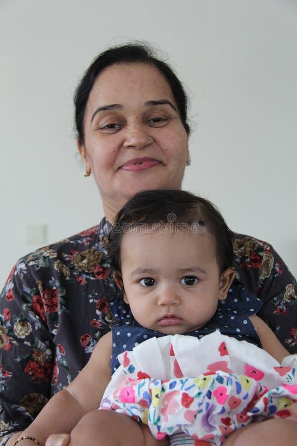 Zdrowa indyjska dziewczynka z babcią obraz stock
