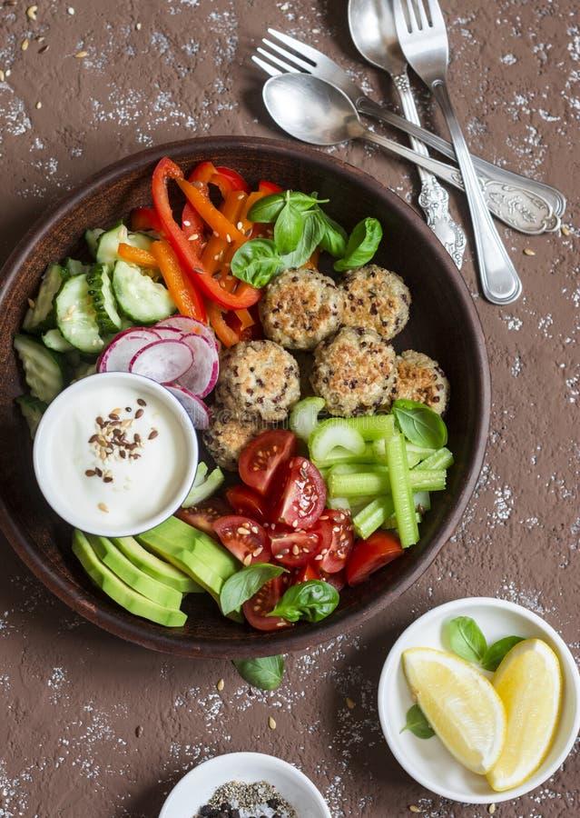 Zdrowa jarska przekąska ustawia quinoa klopsiki i świeżych surowych warzywa na drewnianym stole - zdjęcia royalty free