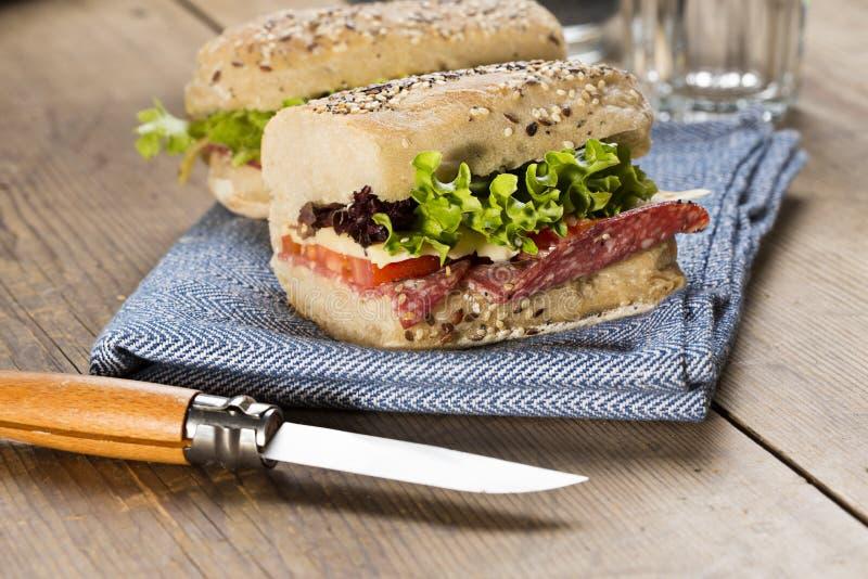 Zdrowa kanapka słuzyć na stole zdjęcia royalty free