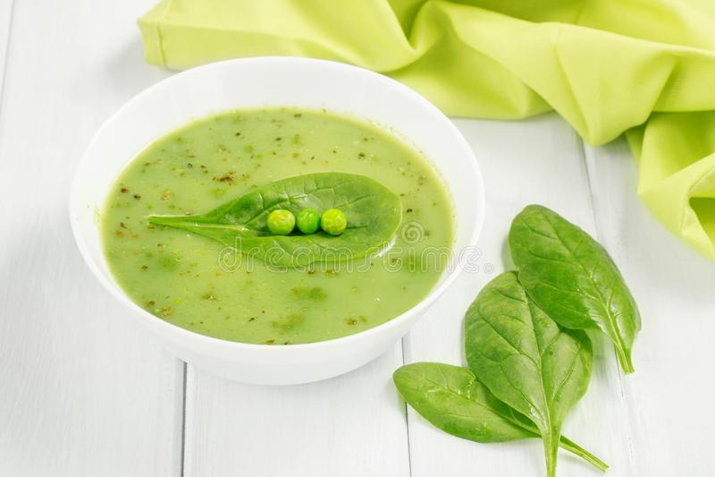 Zdrowa karmowa weganin polewka z asparagusem, szpinaki i zieleni grochy zdjęcia royalty free