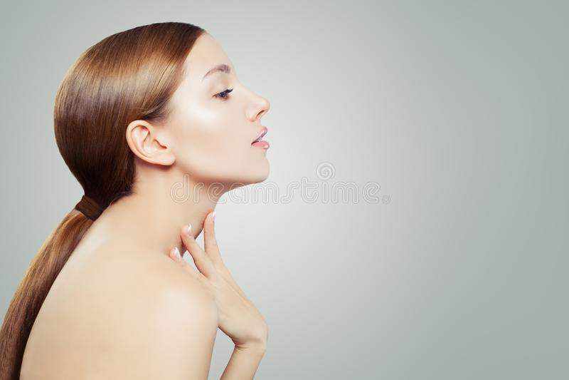 zdrowa kobieta Ładna twarz, kobieta profil na białym tle z kopii przestrzenią Twarzowy traktowanie, skincare i kosmetologia, obrazy royalty free