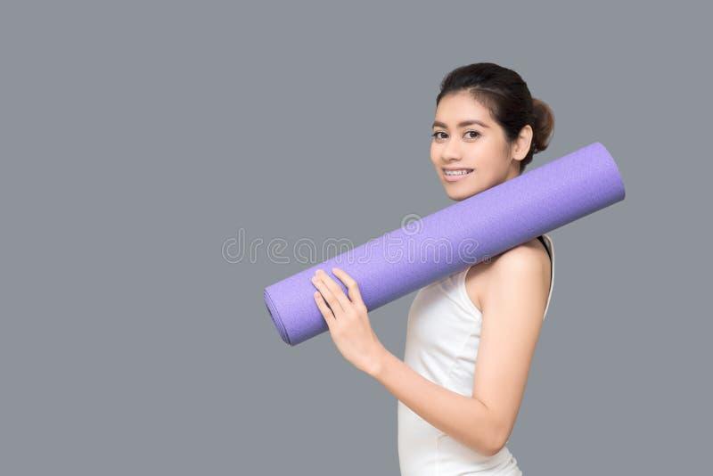 Zdrowa kobieta przygotowywająca ćwiczyć przy sporta gym fotografia stock