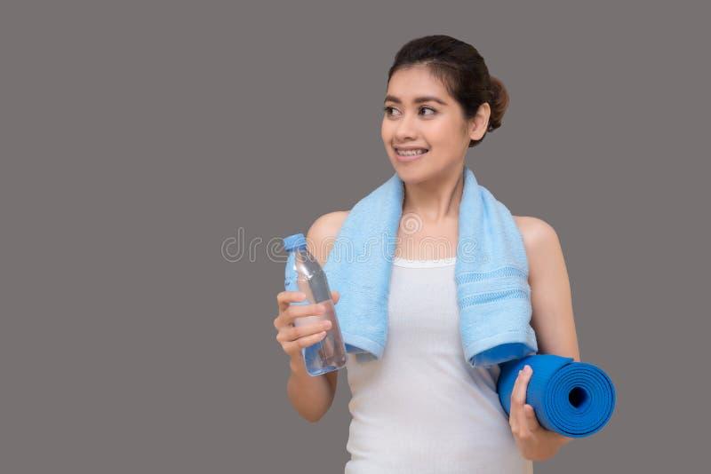 Zdrowa kobieta przygotowywająca ćwiczyć przy sporta gym fotografia royalty free