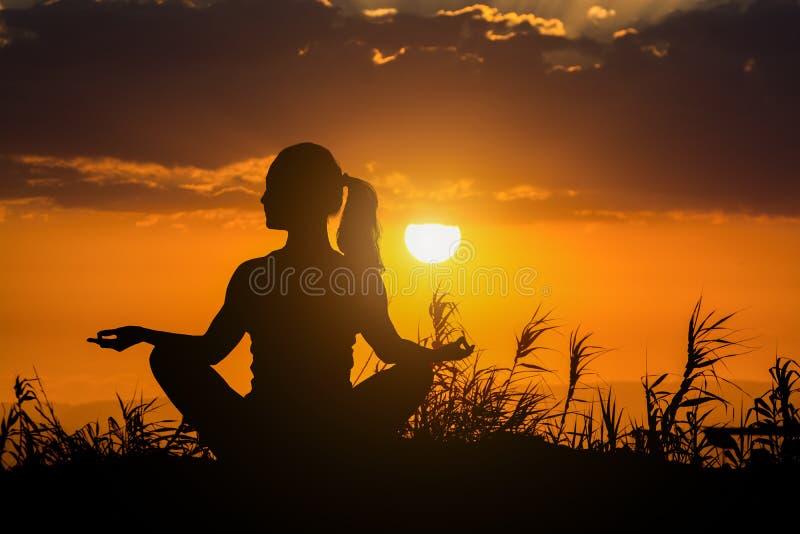 Zdrowa kobieta robi joga plenerowy, ciało opieki medytaci pojęcie obrazy royalty free
