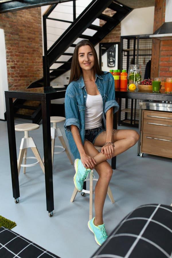 Zdrowa kobieta W kuchni Z Detox Smoothies Sprawności fizycznej odżywianie fotografia stock