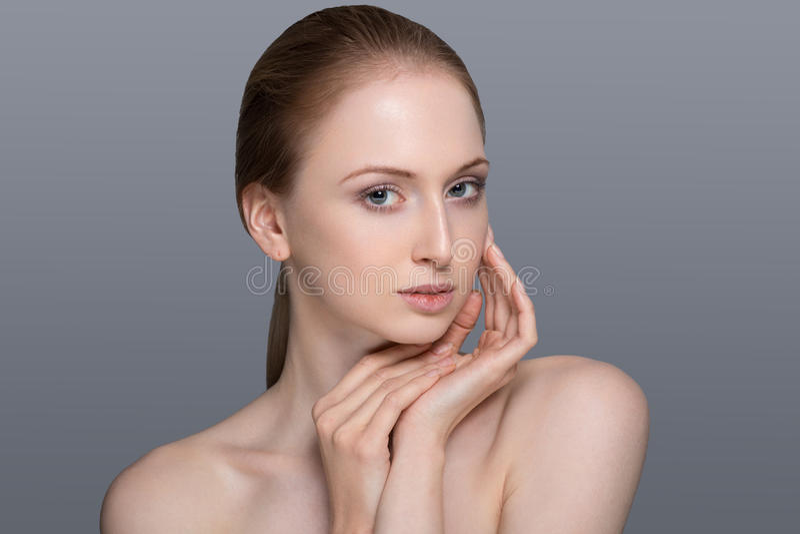 Zdrowa kobieta z Jasną skórą i włosy Odizolowywającymi zdjęcia stock