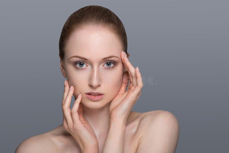 Zdrowa kobieta z Jasną skórą i włosy Odizolowywającymi obraz royalty free
