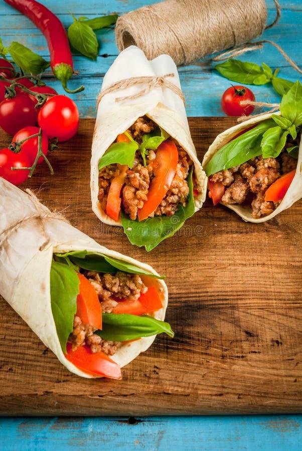Zdrowa lunch przekąska Kanapka przekręcający rolki Tortilla z wołowiną obrazy royalty free