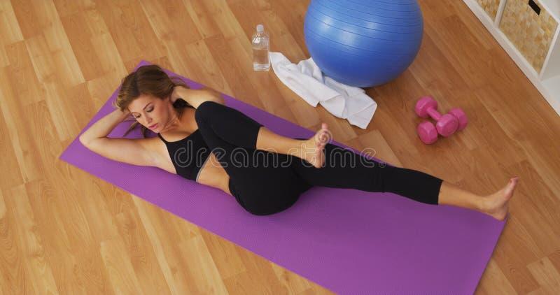 Zdrowa młoda kobieta pracująca w domowym gym out zdjęcie stock