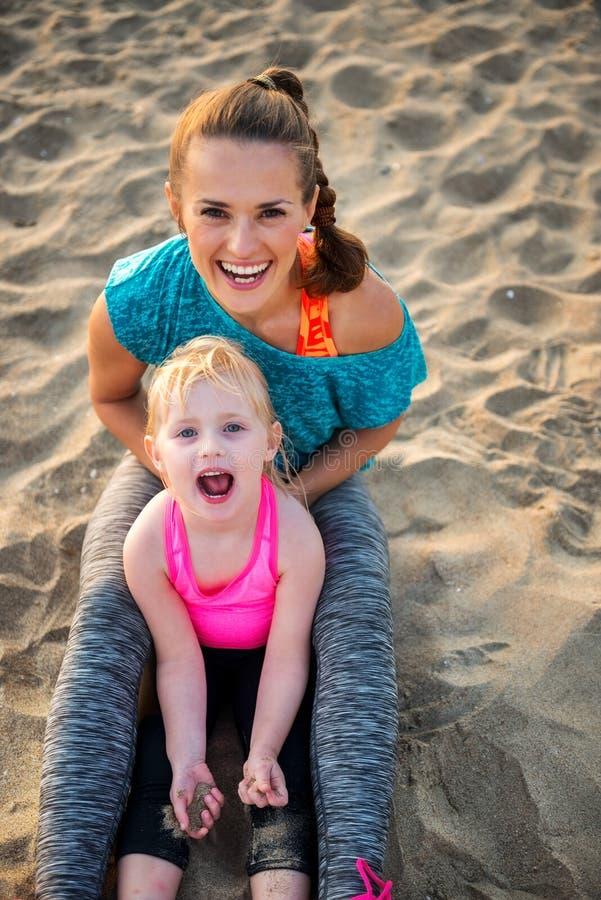 Zdrowa matka i dziewczynka na plaży obrazy stock