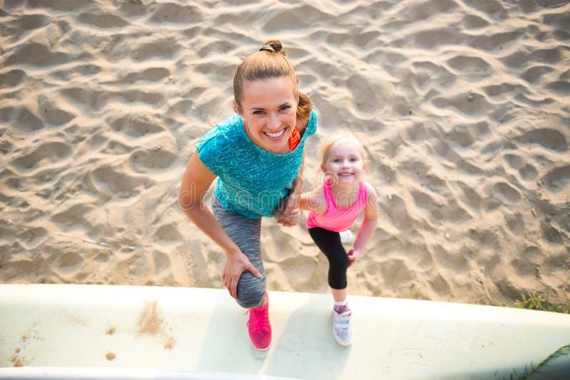Zdrowa matka i dziewczynka na plaży obraz royalty free