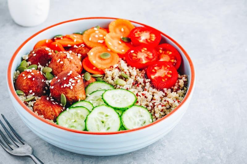 Zdrowa miska na obiad z chinoą, z ogórkami mięsnymi, marchewką i pestkami dyni obrazy stock