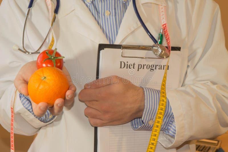 Zdrowa naturalna żywności organicznej dieta, dojrzały żniwo portret Męski Dietician Z Świeżymi warzywami I dzienniczek, zdjęcia stock