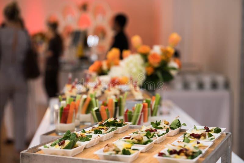 Zdrowa organicznie bezpłatna wyśmienicie zieleń przekąsza sałatki na cateringu stole podczas korporacyjnego wydarzenia partyÑŽ zdjęcia royalty free