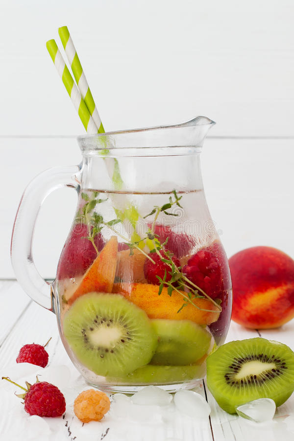 Zdrowa owoc natchnąca detox doprawiająca woda Lato odświeża domowej roboty koktajl z owoc, macierzanka na drewnianym stole Czyści fotografia stock