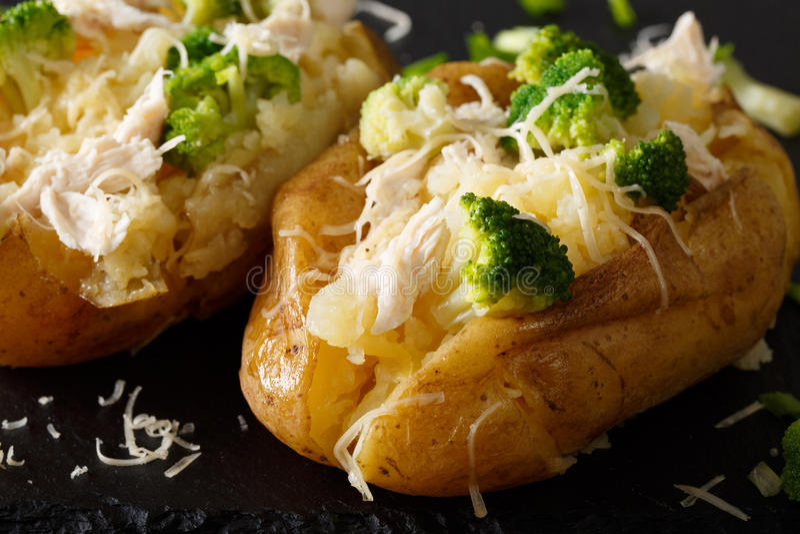 Zdrowa piec grula z brokułami, kurczakiem, cebulami i serem, c zdjęcie stock