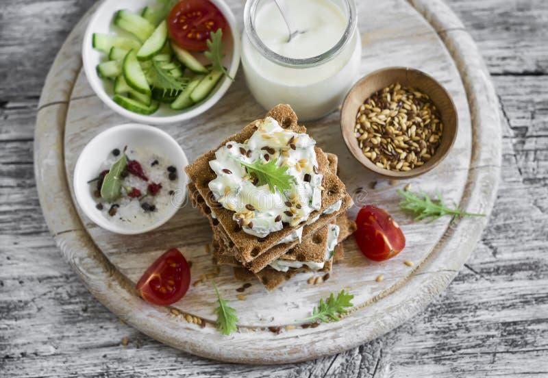 Zdrowa przekąska żyto krakers, chałupa ser z ogórkiem i lna ziarno -, zdjęcia stock