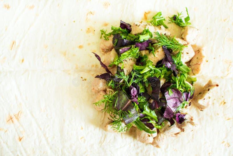 Zdrowa przekąska, sprawność fizyczna lunch Gotujący zawijającego kanapek gyros †' zdjęcie stock