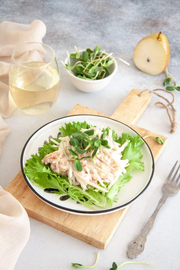 Zdrowa sałatka: łosoś z bonkretą w białym kumberlandzie zdjęcie stock