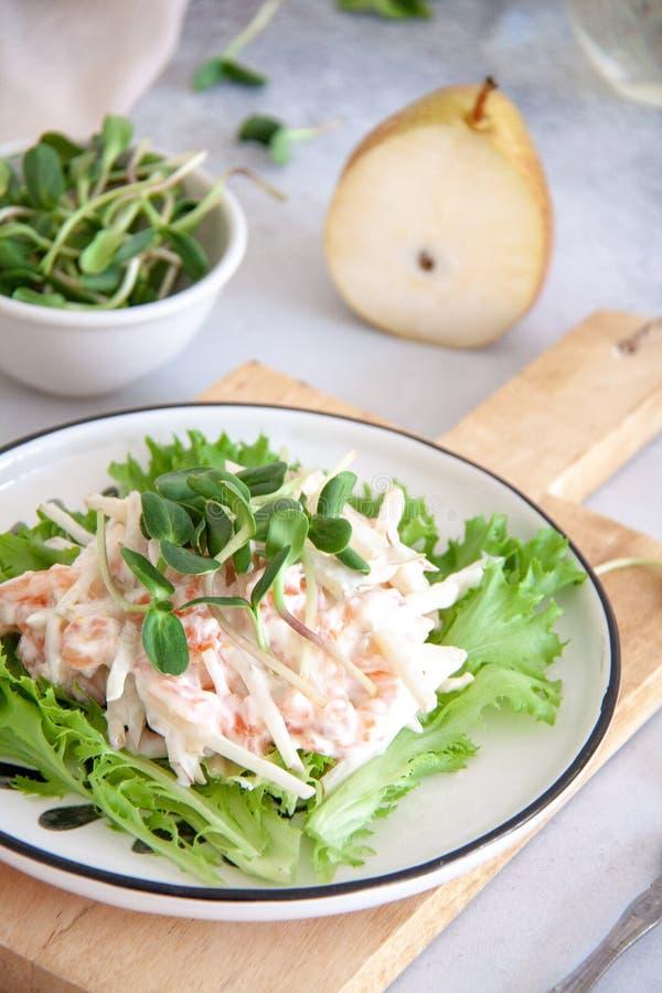 Zdrowa sałatka: łosoś z bonkretą w białym kumberlandzie obrazy stock