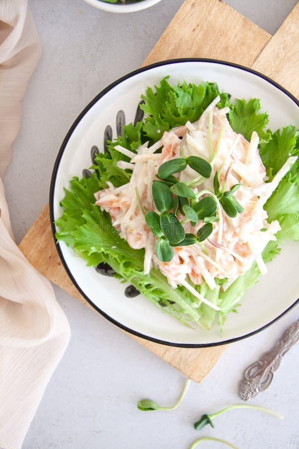 Zdrowa sałatka: łosoś z bonkretą w białym kumberlandzie obraz stock