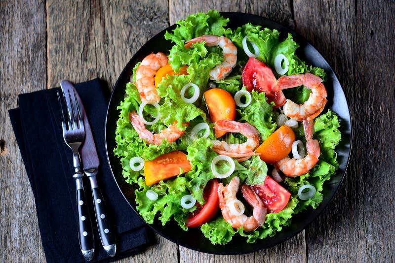 Zdrowa sałatka czerwoni i żółci pomidory z garnelami, słodkimi cebulami, sałatą, balsamic octem i oliwa z oliwek, fotografia stock