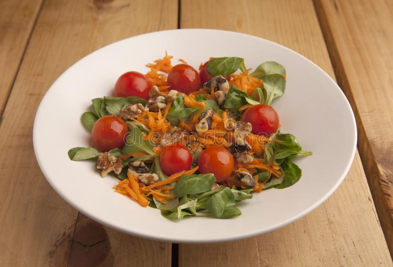 Zdrowa sałatka z czereśniowymi pomidorami, kanonami i kraciastą marchewką, obraz stock