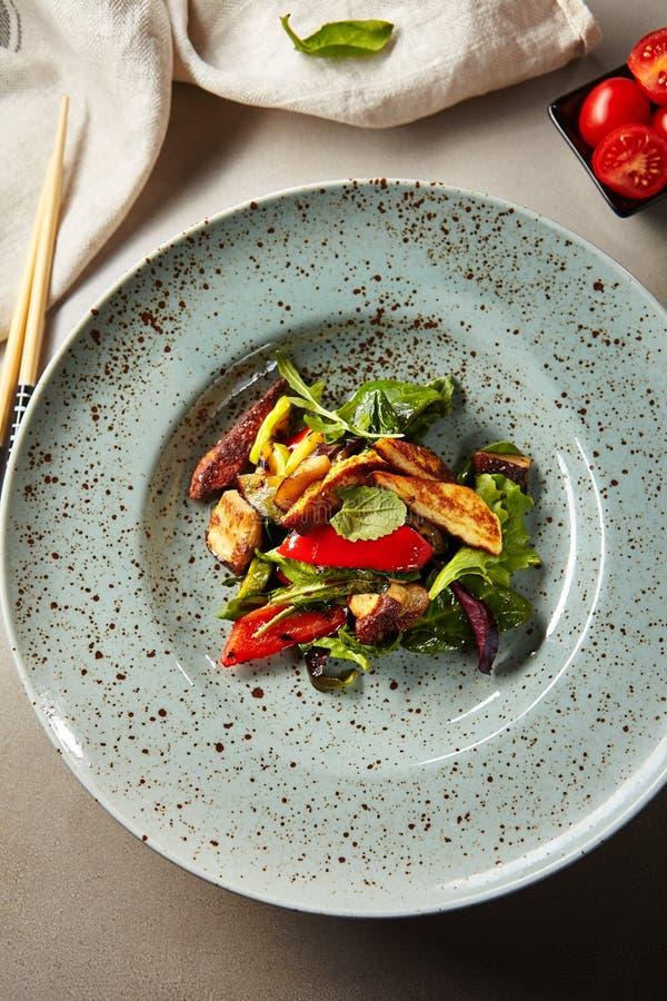 Zdrowa sałatka z piec na grillu rozmaitość warzywa zdjęcia royalty free