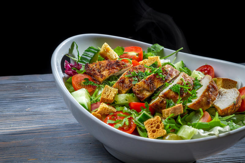 Zdrowa sałatka zrobił ââwith kurczaka i warzywa zdjęcia stock