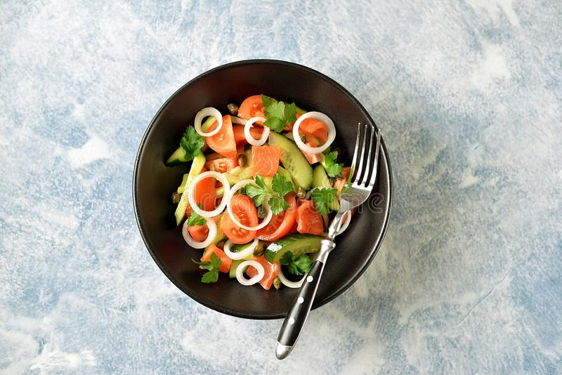 Zdrowa sa?atka czere?niowi pomidory, og?rek, seler, cebule, kapary i pietruszka z solonym ?ososiem, obrazy royalty free
