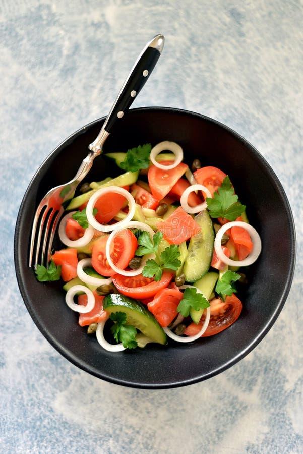 Zdrowa sa?atka czere?niowi pomidory, og?rek, seler, cebule, kapary i pietruszka z solonym ?ososiem, zdjęcia stock