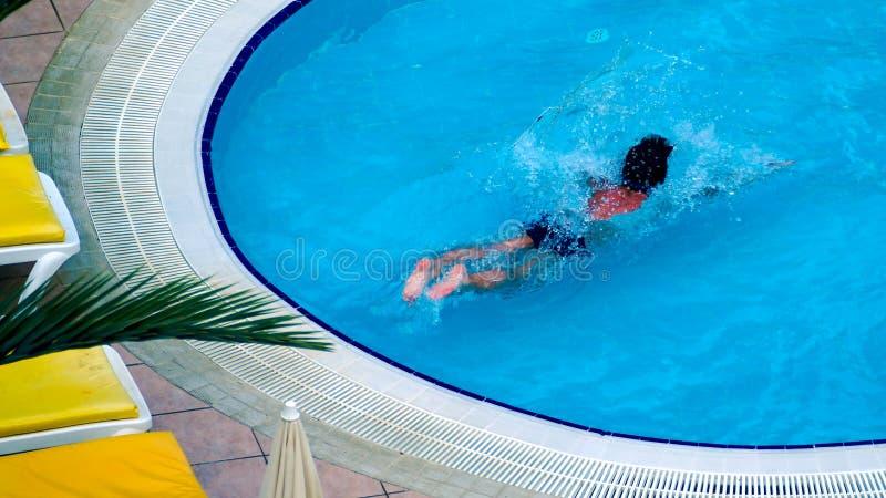 Zdrowa sprawność fizyczna Odgórny widok mężczyzny dopłynięcie w basenie zdjęcie royalty free