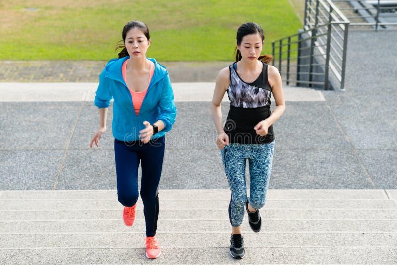 Zdrowa sprawności fizycznej kobieta pracująca na schodkach out obraz stock