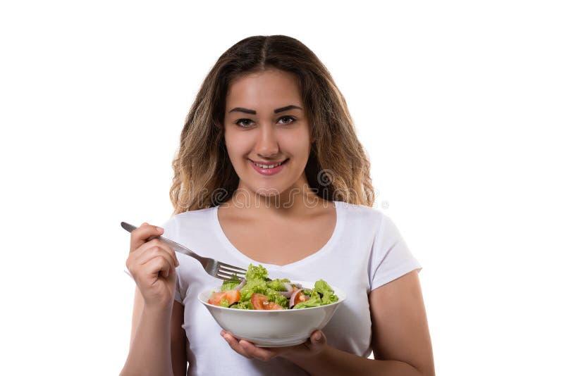 Zdrowa styl życia młoda dziewczyna je świeży sałatkowy ono uśmiecha się szczęśliwy zdjęcia stock