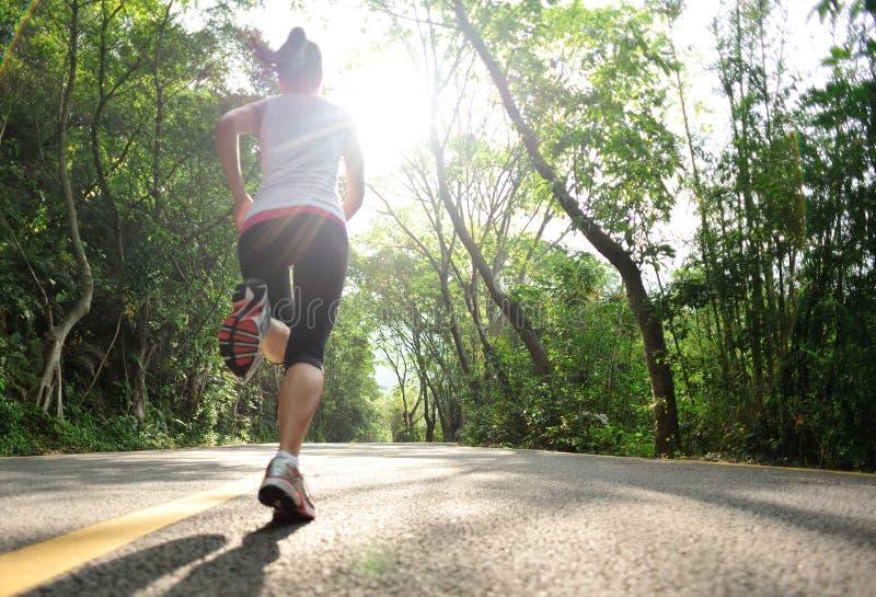 Zdrowa styl życia sprawność fizyczna bawi się kobieta bieg obraz royalty free