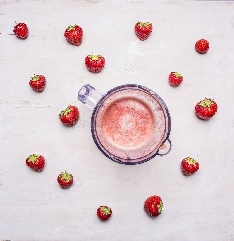 Zdrowa stylu życia tła blender truskawka i składnika biały drewniany Detox i diety jedzenia pojęcie obrazy stock