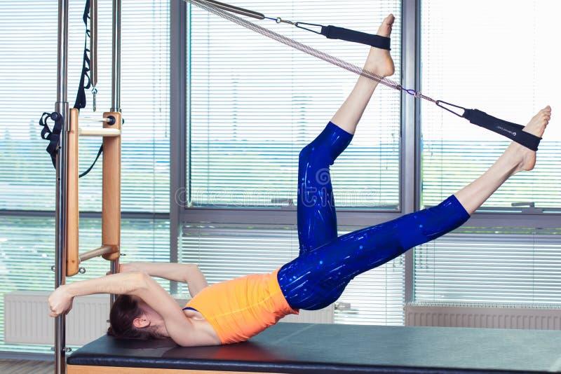 Zdrowa Uśmiechnięta kobieta Jest ubranym Leotard Ćwiczy Pilates w Jaskrawym ćwiczenia studiu fotografia stock