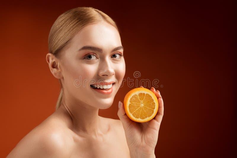 Zdrowa uśmiechnięta kobieta z owocowym bogactwem w witaminie c fotografia royalty free