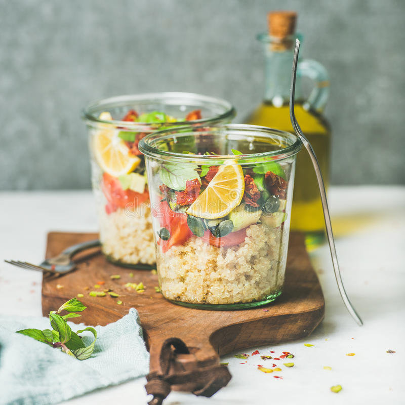 Zdrowa weganin sałatka z quionoa, avocado, wysuszeni pomidory, kwadratowa uprawa zdjęcia stock