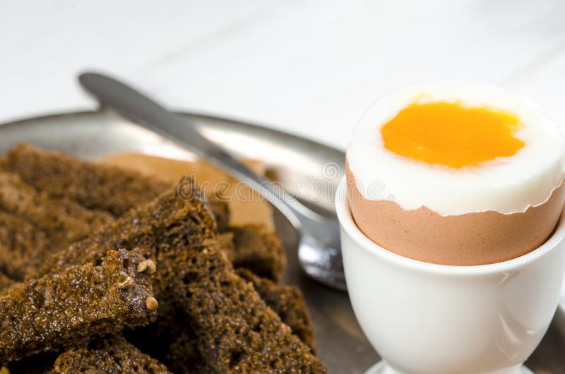 zdrowa ?ywno?? Angielski śniadanie z gotowanym jajkiem i croutons na białym drewnianym tle zdjęcie stock