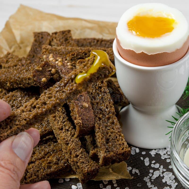 zdrowa ?ywno?? Angielski śniadanie z gotowanym jajkiem i croutons na białym drewnianym tle obraz royalty free