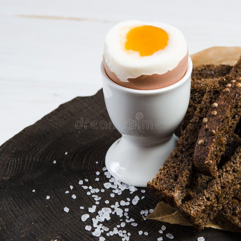 zdrowa ?ywno?? Angielski śniadanie z gotowanym jajkiem i croutons na białym drewnianym tle obraz stock