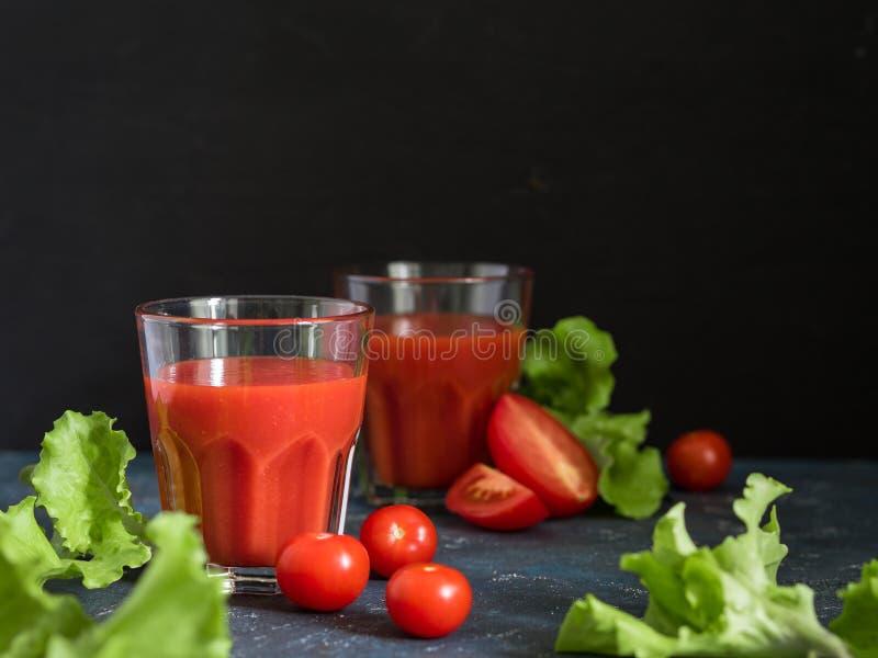 zdrowa ?ywno?? Tradycyjna Hiszpańska zimna gazpacho polewka z dojrzałymi pomidorami lub świeżym pomidorowym sokiem w szkłach na c obraz stock