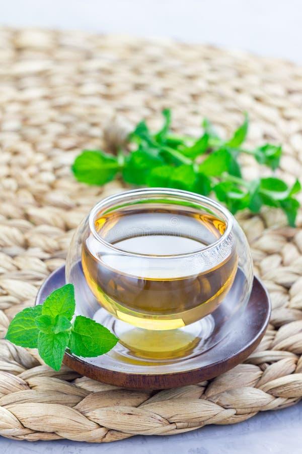 Zdrowa ziołowa nowa herbata w orientalnej filiżance z świeżą miętówką na tle, pionowo zdjęcia royalty free