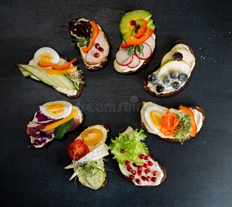 Zdrowe śniadanie grzanki z warzywami, owoc, mięsem i micr, obrazy stock