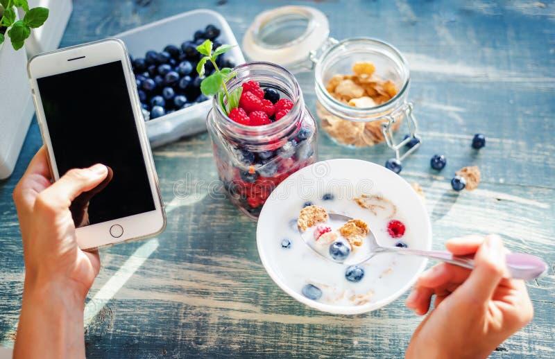 Zdrowe śniadaniowe i ogólnospołeczne sieci, dziewczyny ` s ręki zamykają up, yo fotografia royalty free