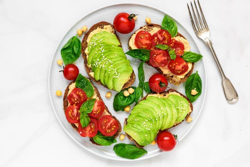 Zdrowe avocado, pomidorów kanapki z i, fotografia royalty free