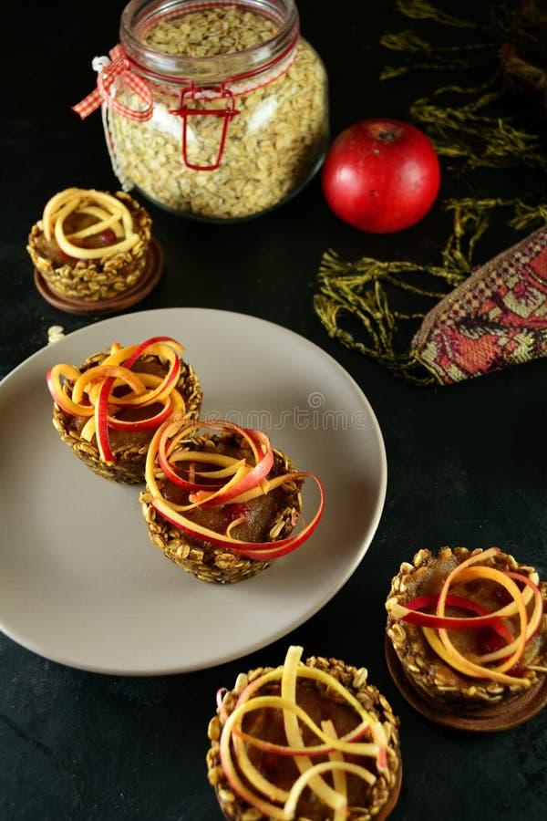 Zdrowe Granola filiżanki z Jabłczanym kumberlandem i Spiralized jabłkami zdjęcia royalty free