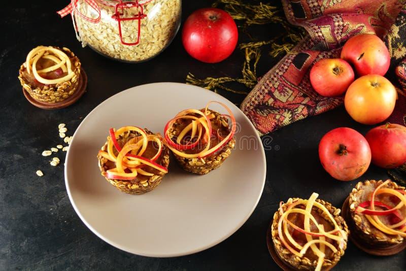 Zdrowe Granola filiżanki z Jabłczanym kumberlandem i Spiralized jabłkami obraz royalty free