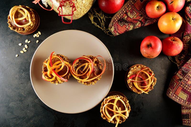 Zdrowe Granola filiżanki z Jabłczanym kumberlandem i Spiralized jabłkami obrazy royalty free